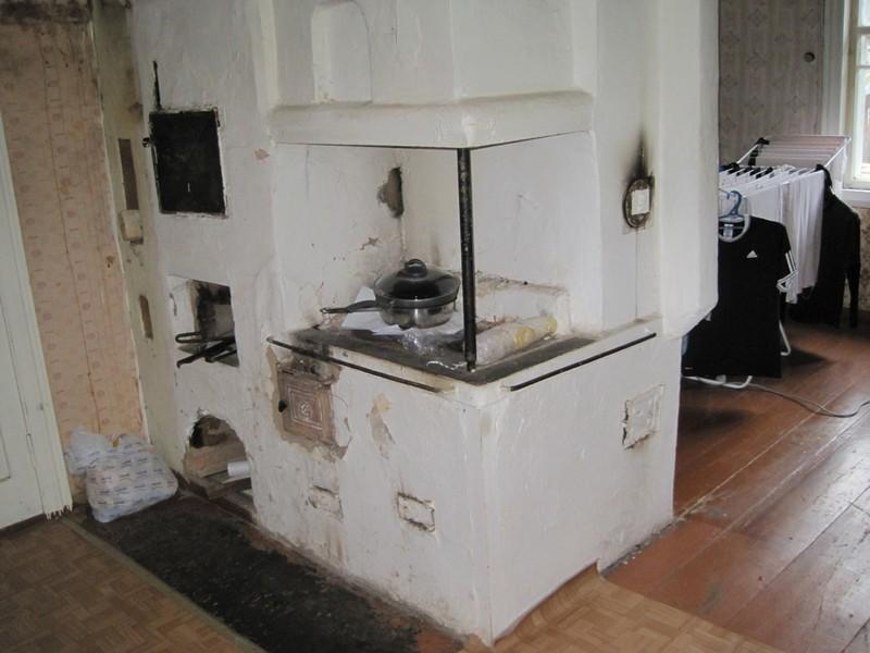 На месте новой печи была старая – прототип старинной русской печи, в которой готовили и которой обогревали дом.